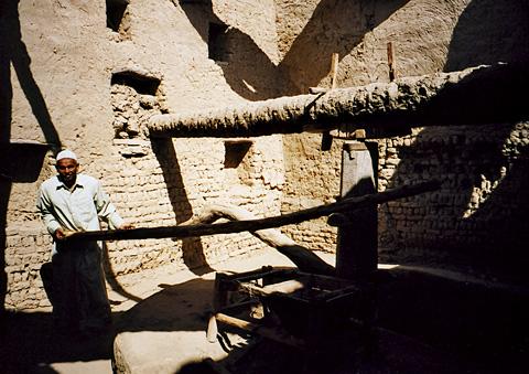 Grinding grain in Qasr Dakhla